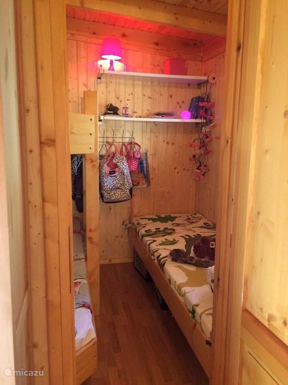 De slaapkamer met drie één persoons bedden