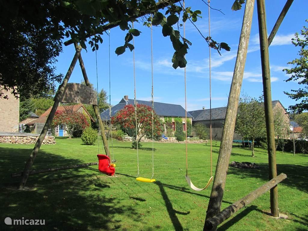 Het grote erf met schommels en trampoline