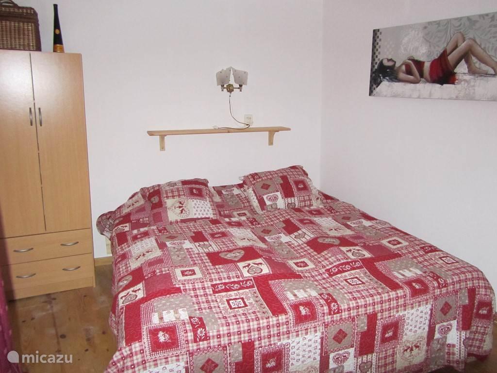 Slaapkamer met lits-jumeaux en wastafel