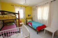 Derde slaapkamer met kinderbedje en stapelbed, uitermate geschikt voor de kinderen.