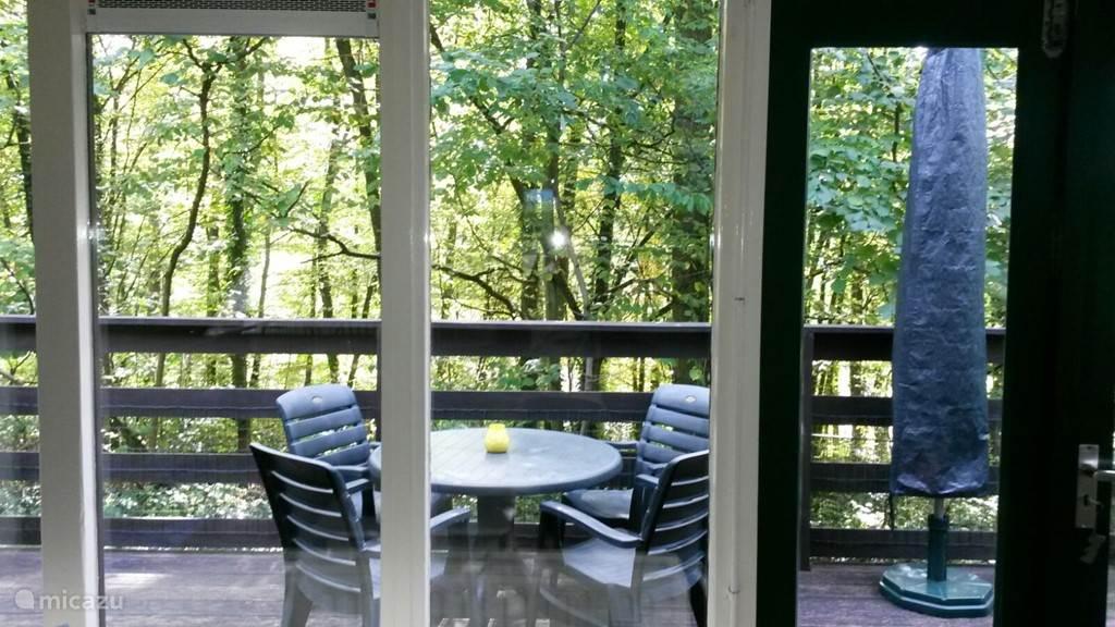 Het balkon met bosrijk uitzicht