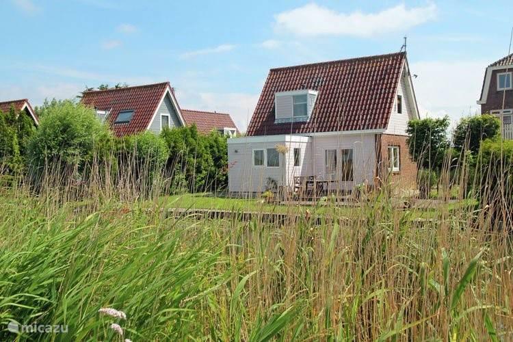 Huis vanaf de waterkant gezien