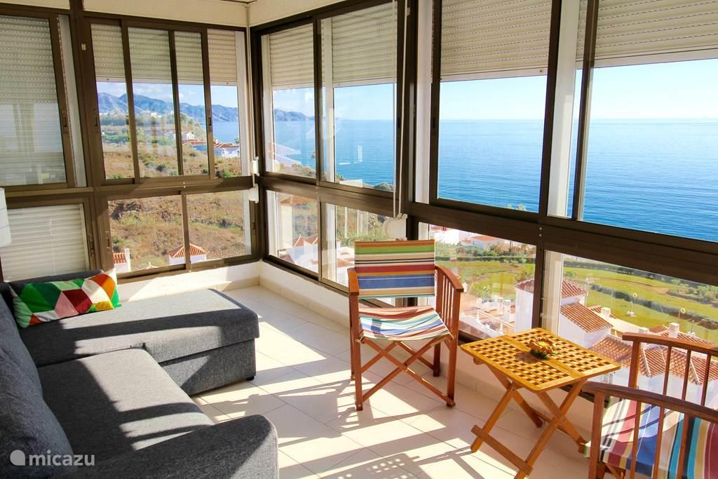 Serre met fantastisch zeezicht, vanaf Nerja tot aan Málaga! Met zitje en comfortabele slaapbank.