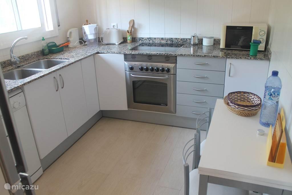 Keuken met: koelkast, vriezer, afwasmachine, koffie machine, ketel, oven, toaster.