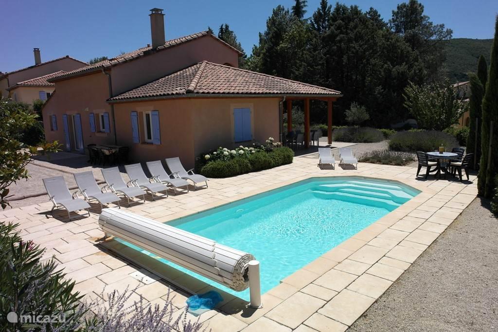 Het zwembad ligt de hele dag in de zon en warmt daardoor snel op.