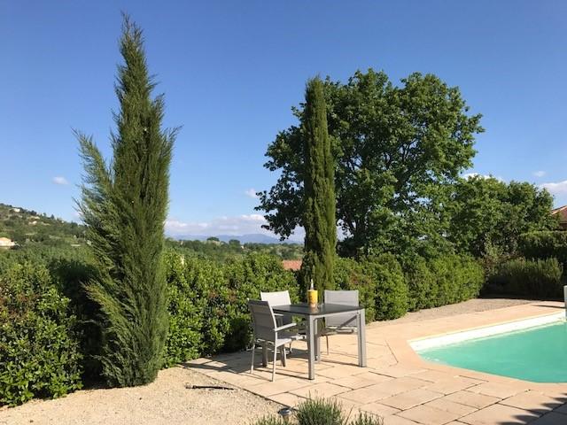 Geweldig mooi huis met verwarmd prive zwembad, gelegen op hoogte met fraai uitzicht. Hele maand juni nu van € 1295 voor € 1000 per week. Ook 9-12 dg.