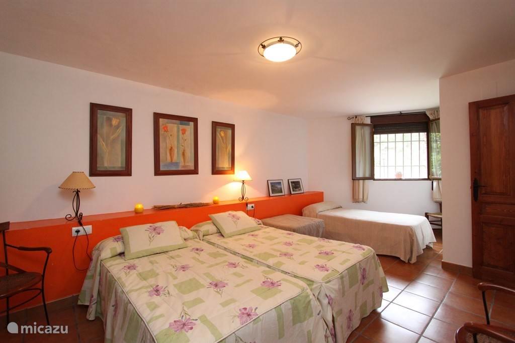 Grote slaapkamer met een tweepersoonsbed en een éénpersoonsbed