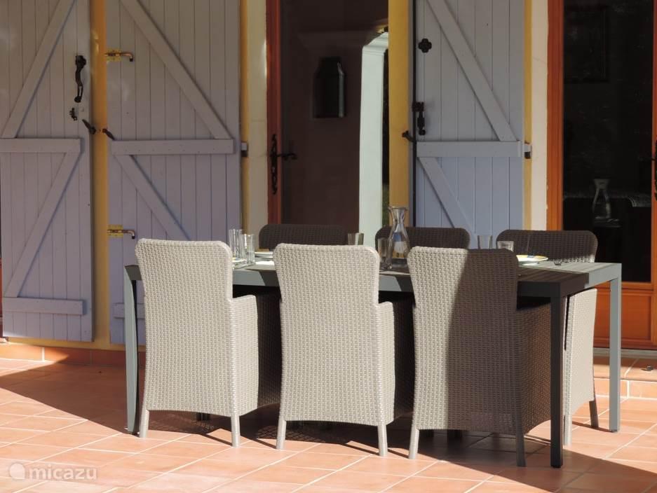 Compleet nieuwe tuintafel met 6 nieuwe stoelen dit is recent aangeschaft.