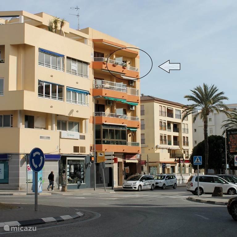 Het appartement ligt op de vierde verdieping in het centrum van Moraira. Er is een lift aanwezig.