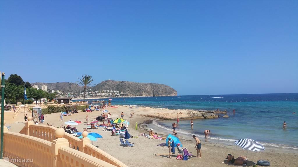 Vlakbij het appartement liggen ook kleinere stranden op loopafstand waar je ontspannen kunt vertoeven.