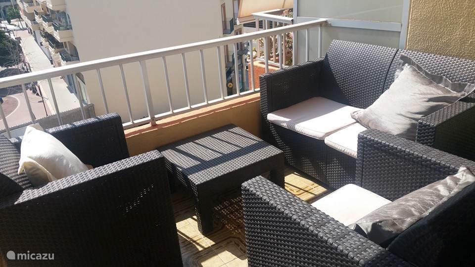 Op het balkon is een loungeset aanwezig waar u heerlijk vertoeven.