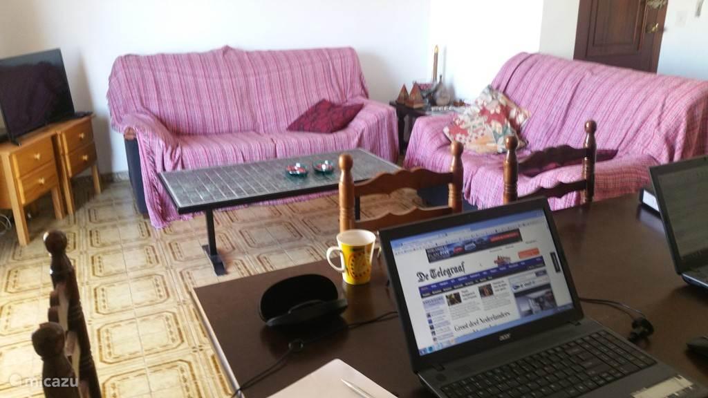Gezellige inrichting met diverse zitbanken, wifi en Nederlandse TV