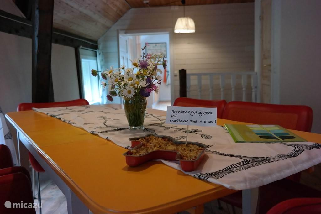 Ruime open woon-/eetkamer met eettafel voor 6 personen