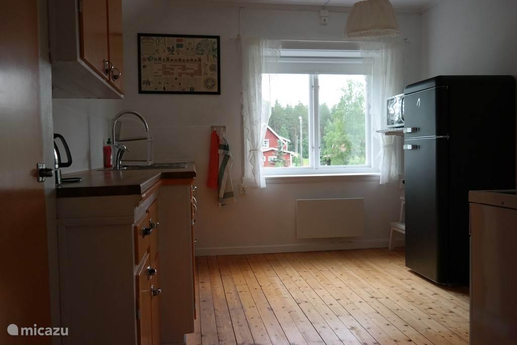 Keuken met uitzicht op het erf