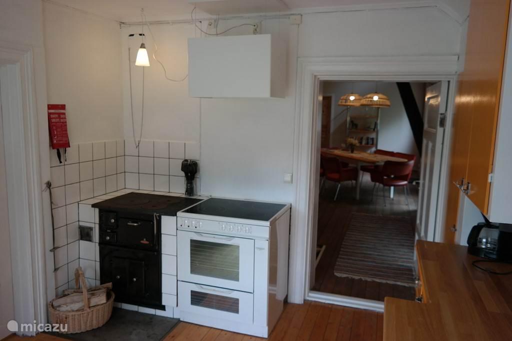 Elektrisch foruis met 4 pitten, een oven en een houtfornuis uit eerdere tijden