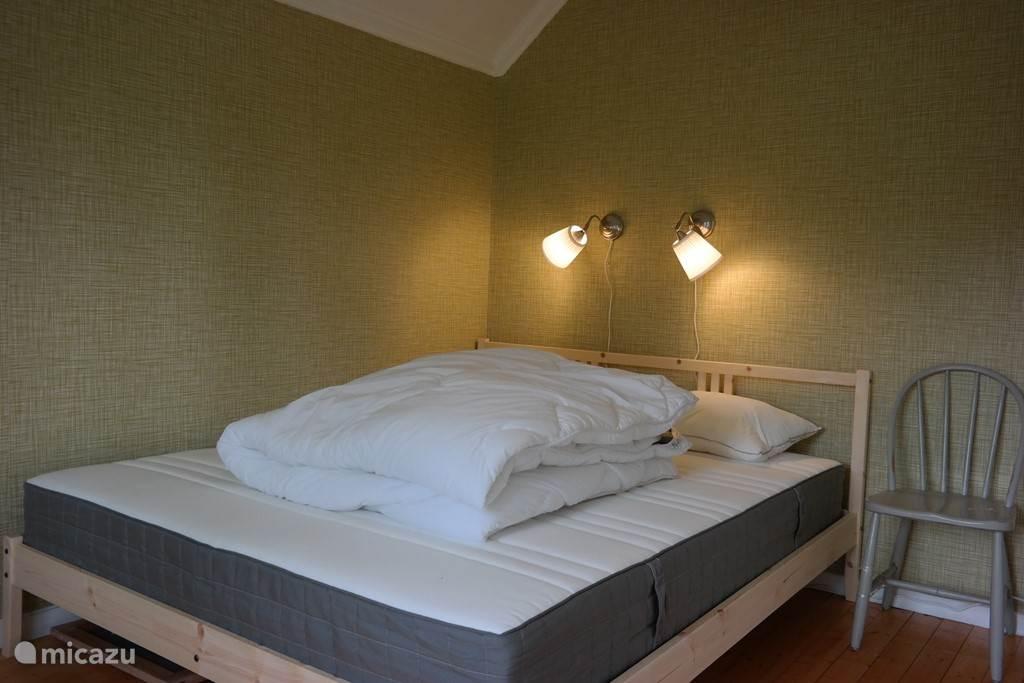 Masterbedroom met tweepersoonsbed (160x200) en uitzicht op het erf
