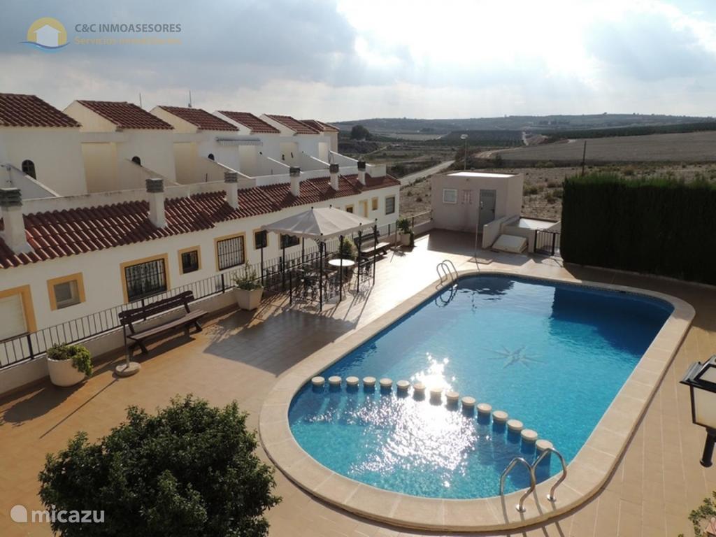 uitzicht van huisjes en zwembad