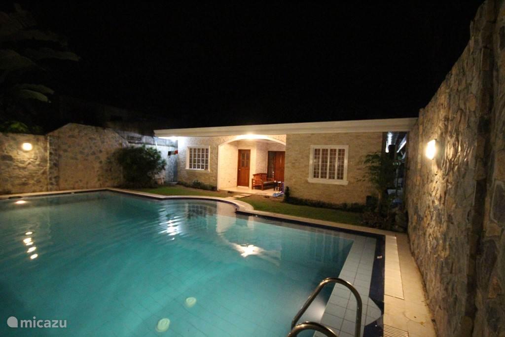 Zwembad met zicht op terras