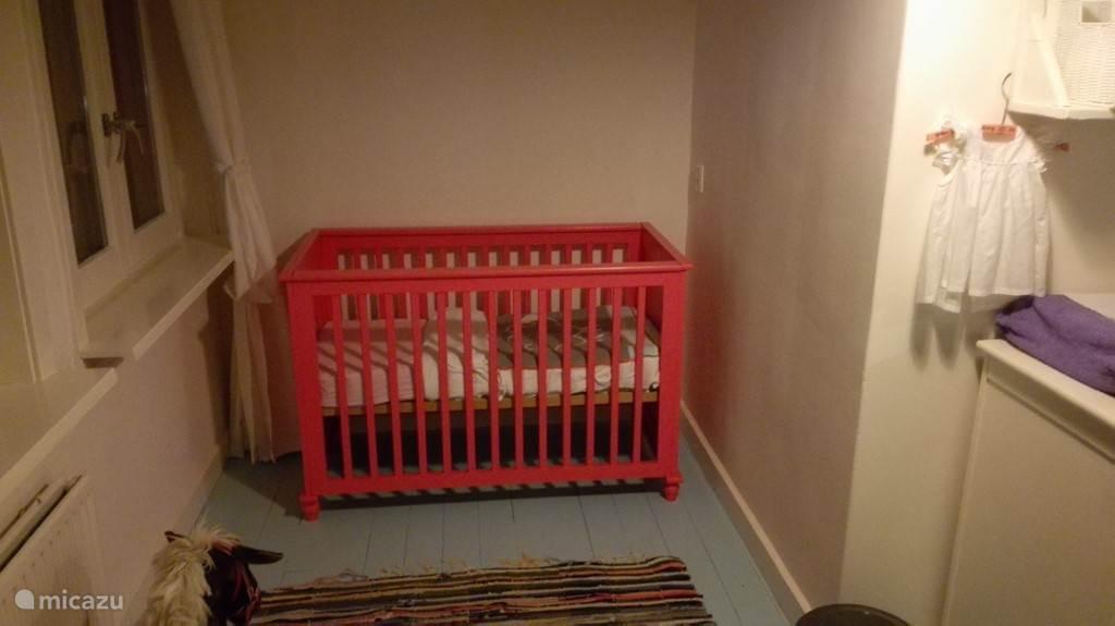 het babybedje in de slaapkmer op de eerste verdieping