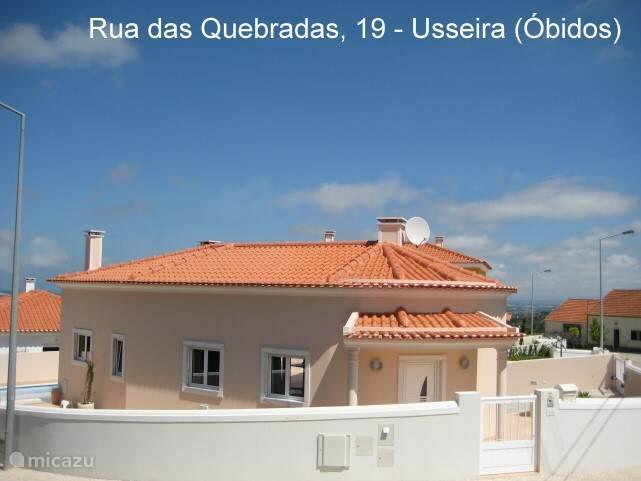 Het huis ligt zeer gunstig. Overal parkeerruimte. De muur geeft privacy met behoud van uitzicht op de Lagune van Obidos.