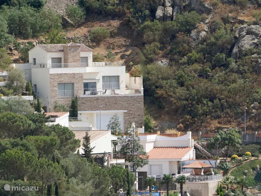 De villa omringd door groen