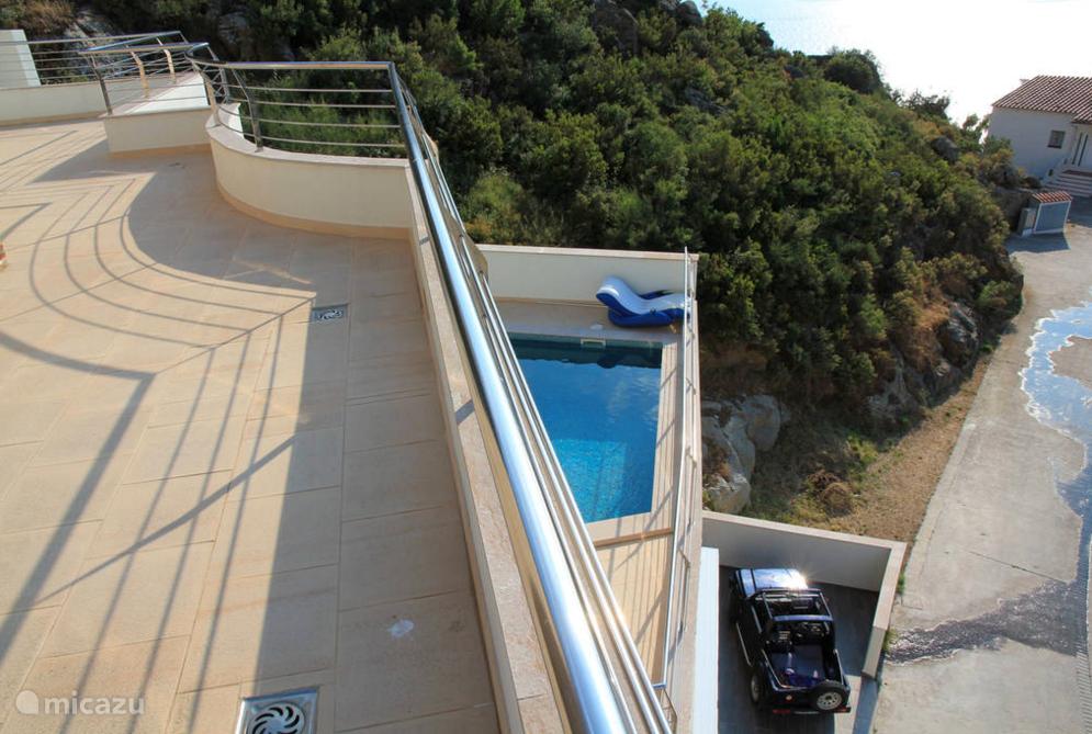 Zwembad gezien vanaf de bovenste etage