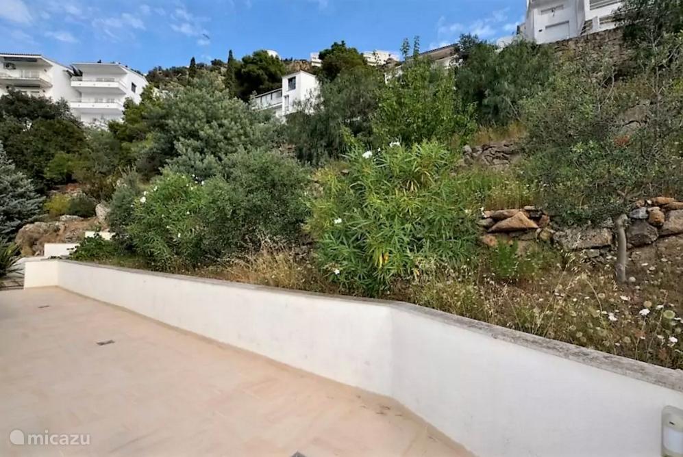Villa is omringd door een prachtige aangelegde tuin