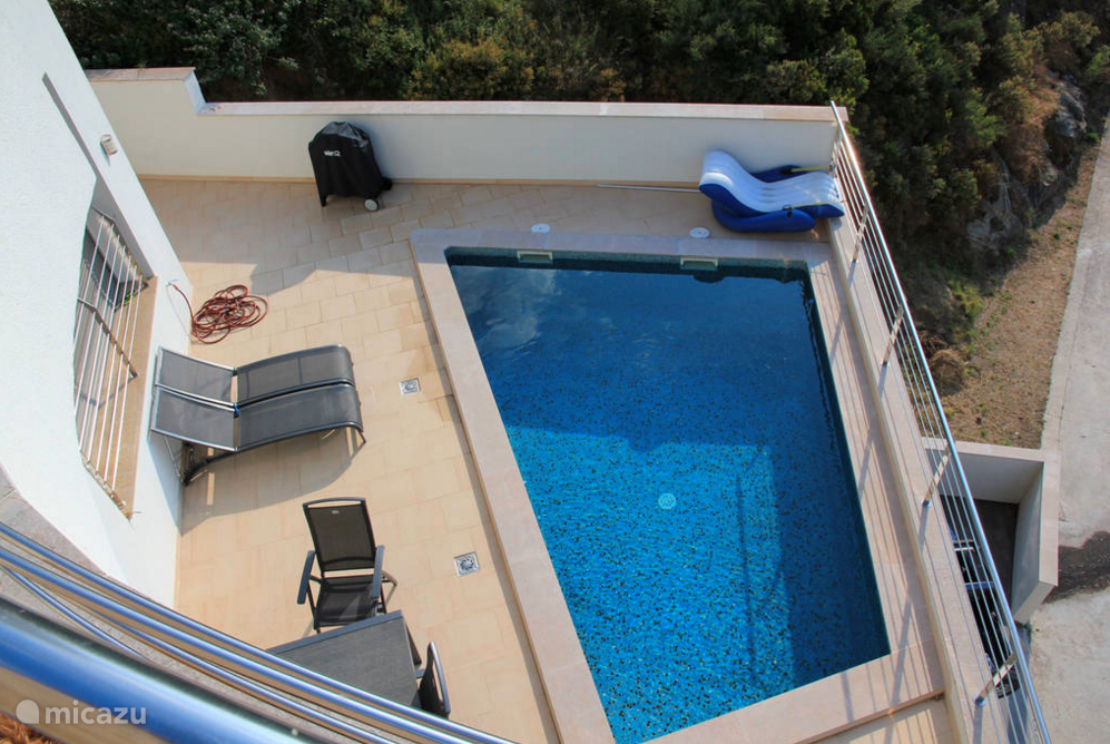 Blik op het zwembad vanaf bovenste etage