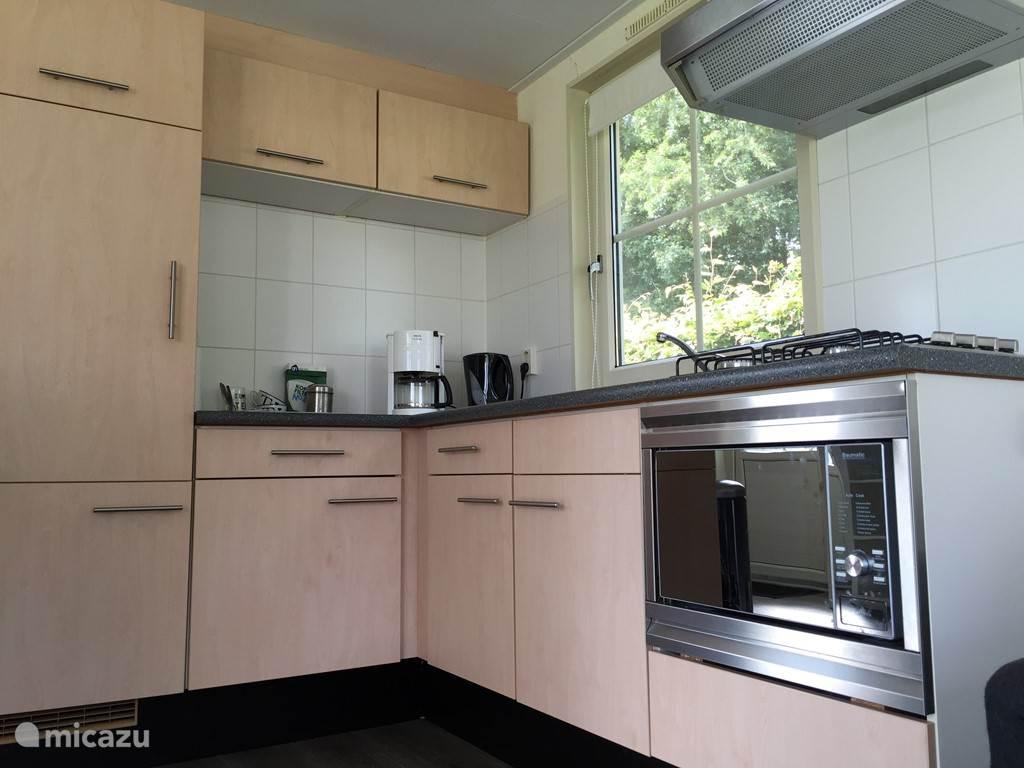 Keuken met waterkoker, koffiezetapparaat en een combi magnetron-oven