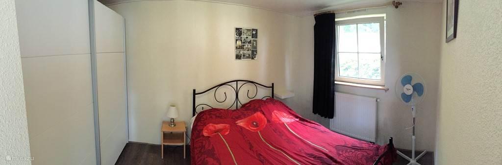 Slaapkamer met ruim tweepersoonsbed