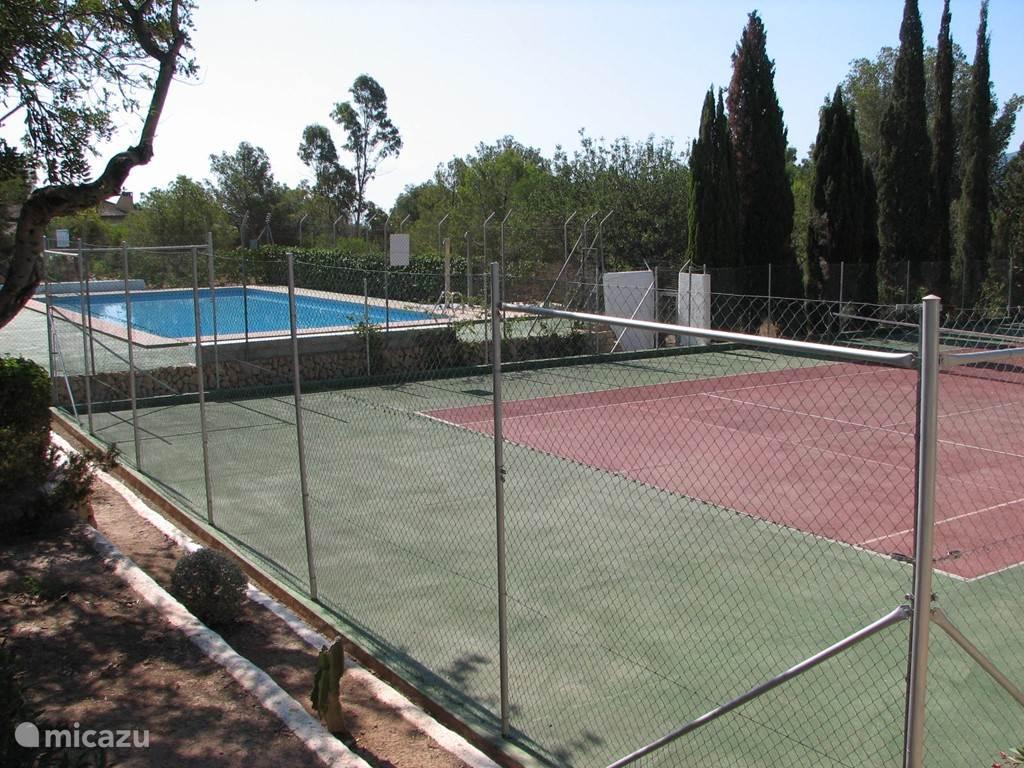 tennisbanen en zwembad