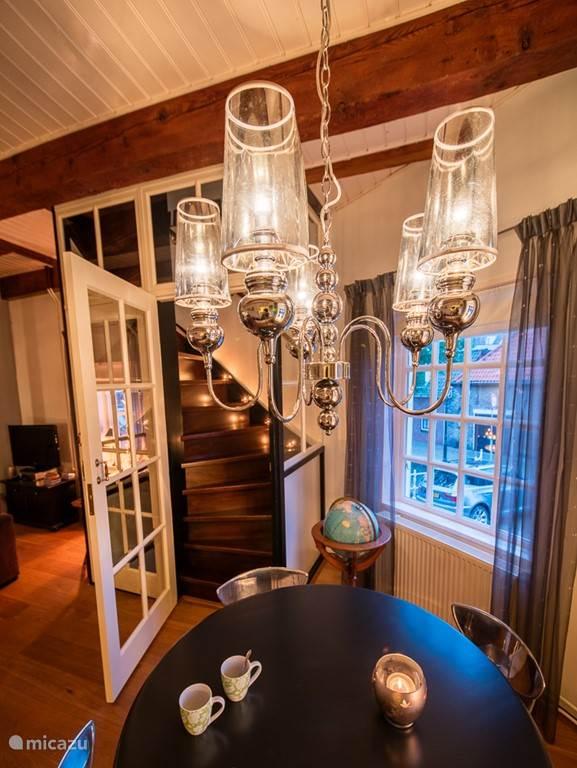 de woonkamer, uitzicht op het glazen trappenhuis