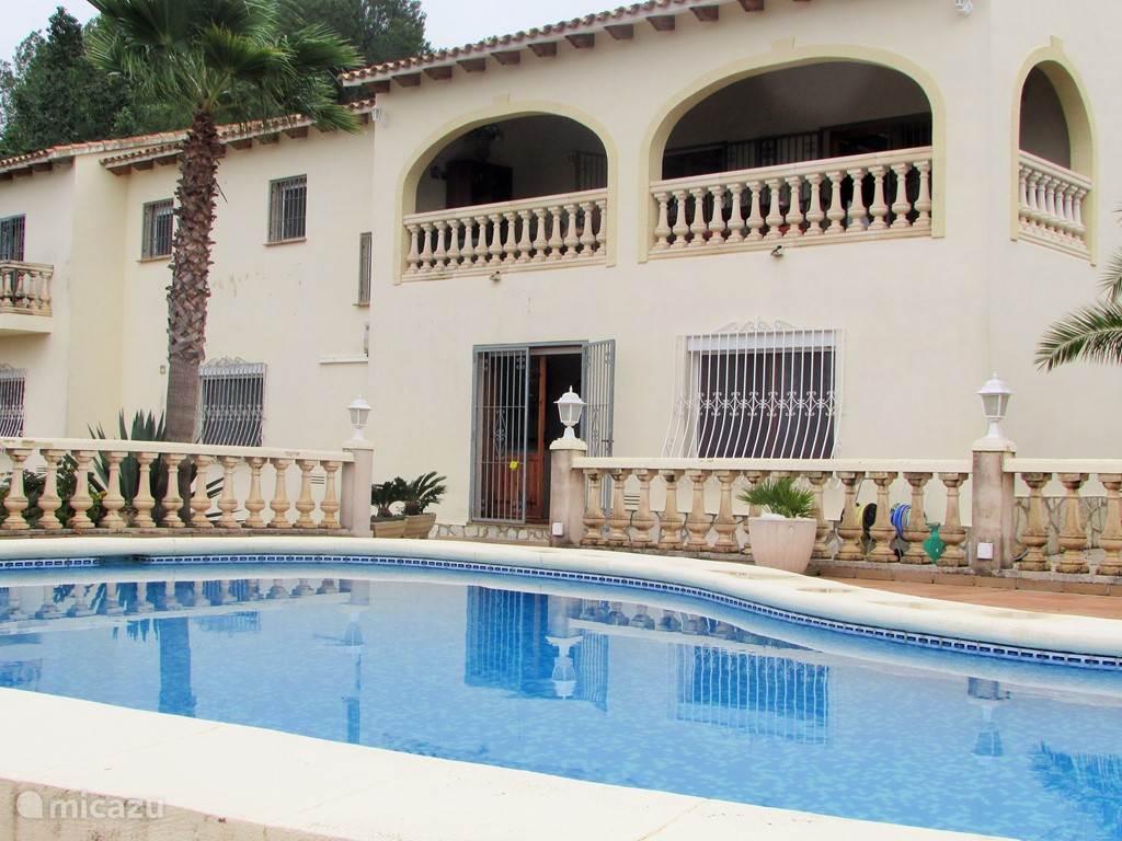 zwembad en achterzijde huis