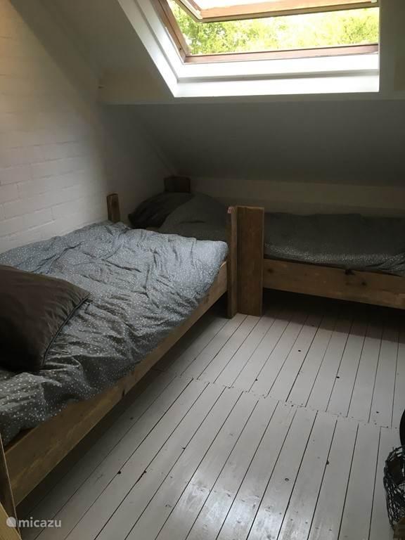 2 bedden apart naast het stapelbed