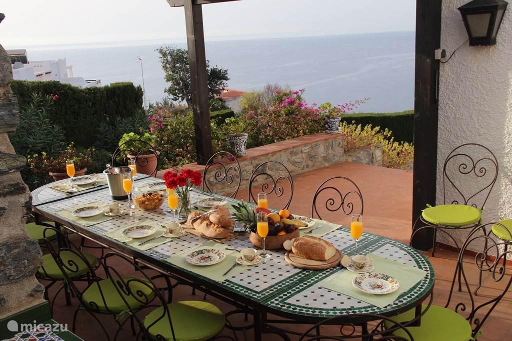 het ontbijtterras aan de oostkant