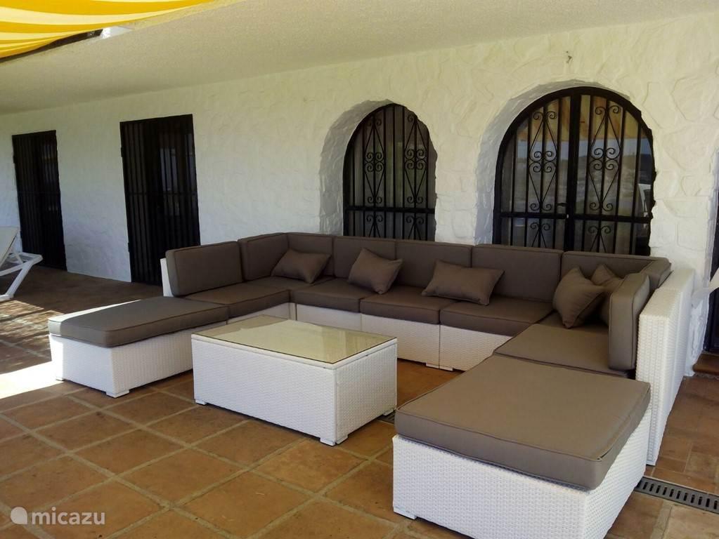 lounge set aan het zwembad