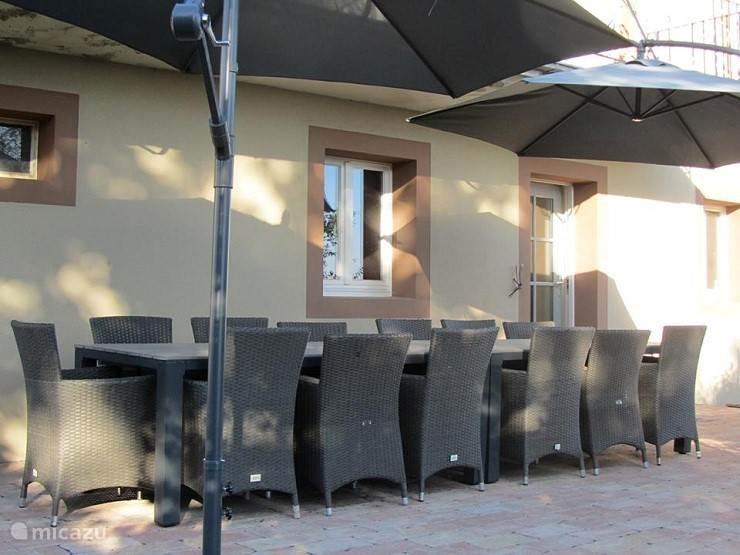 terras met voldoende plek om met 14 personen te relaxen