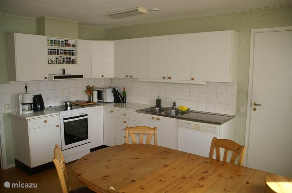 De keuken, niet erg nieuw, maar wel compleet.
