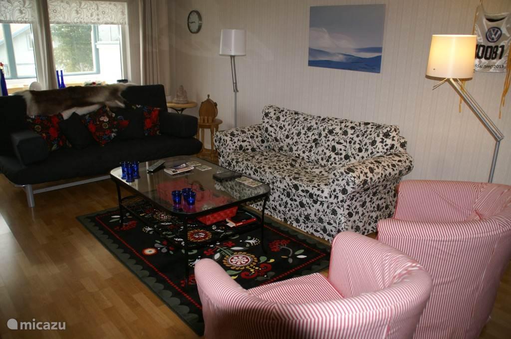 De woonkamer, ruim genoeg om met zijn allen lui te wezen.