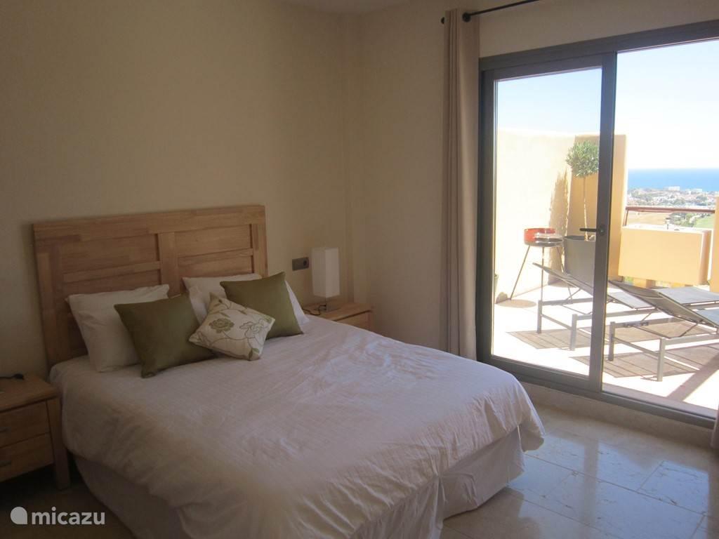 Grote slaapkamer met direct toegang tot het terras