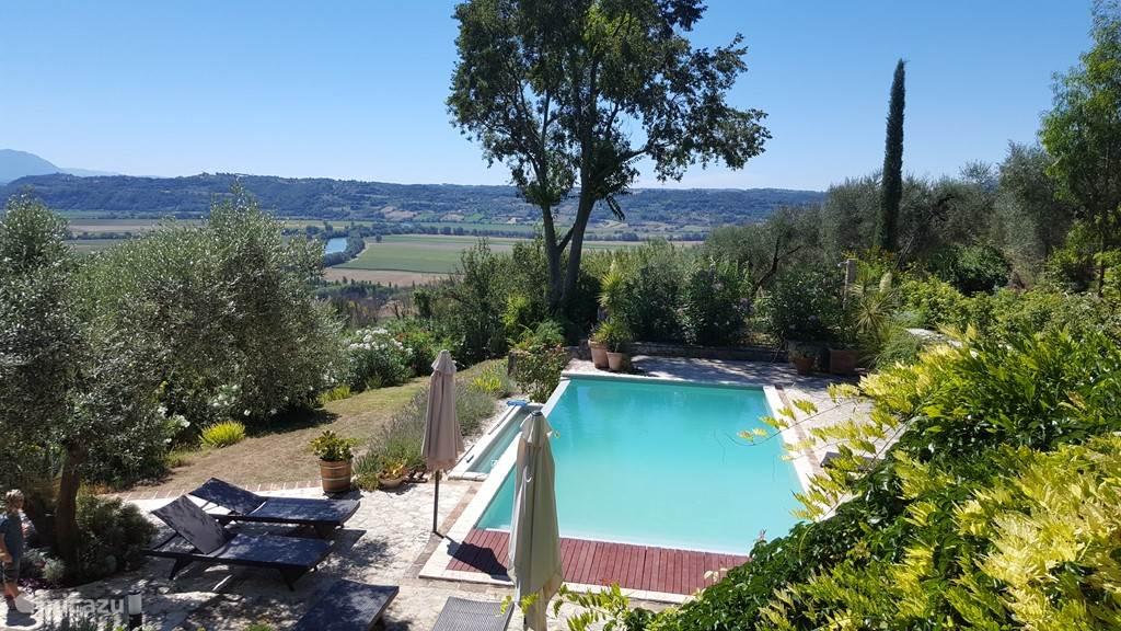 Uitzicht vanuit het huis en zwembad