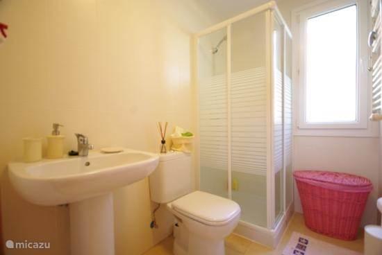 1 van de badkamers, de andere heeft een ligbad.
