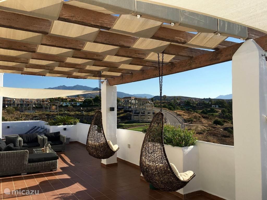 Op dit terras hangen twee heerlijke loungestoelen