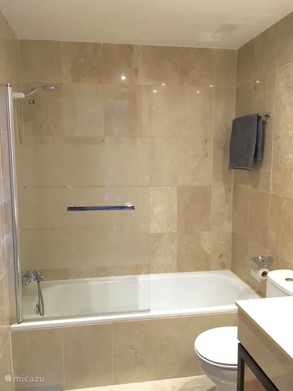 1 van de 3 badkamers.