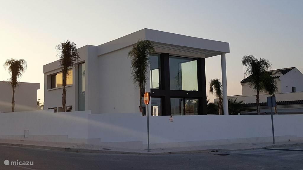 voorzijde van de woning met ommuurde tuin met privacy