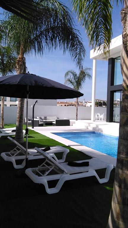 Geniet al in het vroege voorjaar van de heerlijke Spaanse Zon in Alicante !  In San Fulgencio La Marina ligt onze  moderne villa met prive zwembad