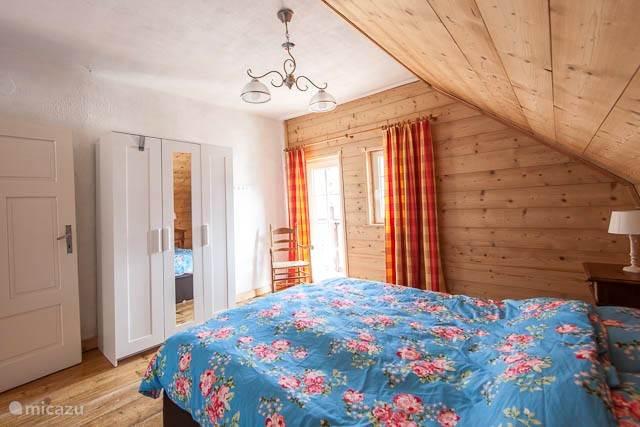 bedroom right