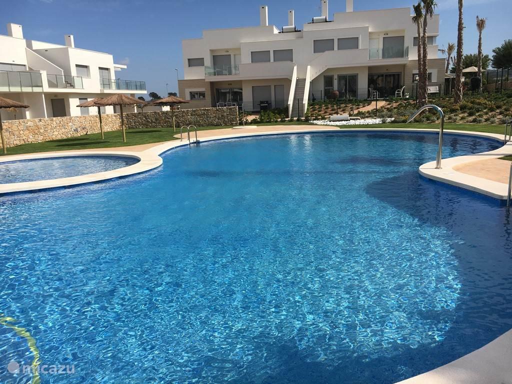 zwembad, met op de achtergrond links onderaan ons appartementje Casa Vévé