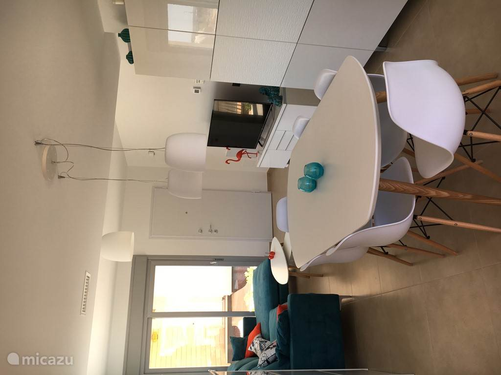 Inkom, zitplaats met ruime zetel, tv, dvd, etc en eetplaats met grote tafel en 6 comfortabele stoelen
