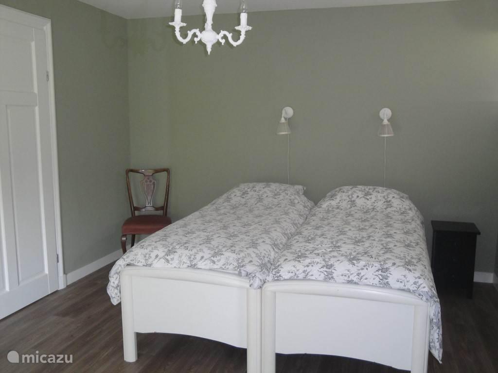 Slaapkamer met twee comfortabele bedden. Handmatig verstelbaar